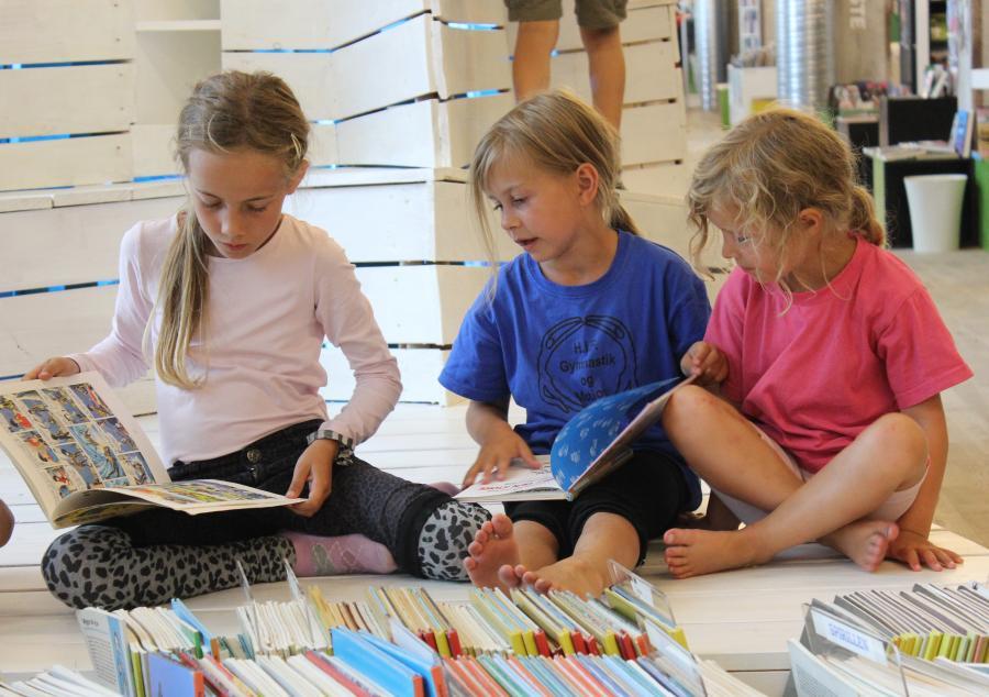 Foto af børn i børnebiblioteket
