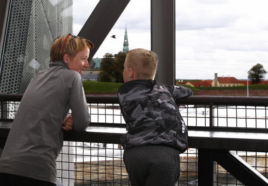 Foto af mor og søn på Biblioteket Kulturværftet