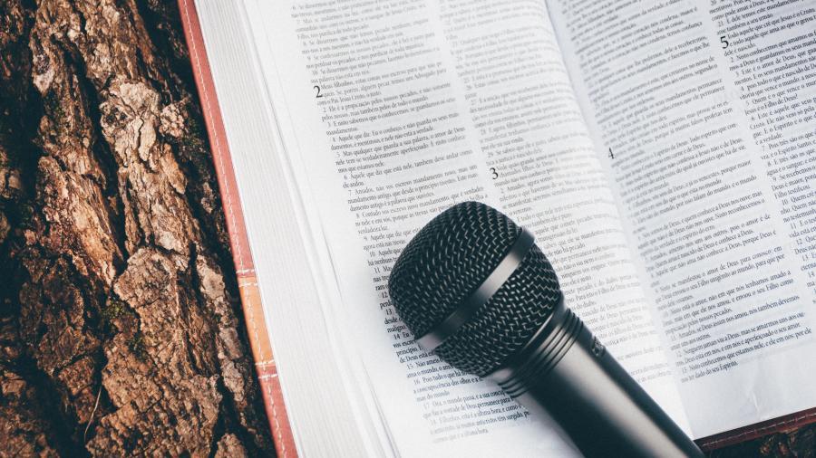 Foto af en mikrofon og en bog