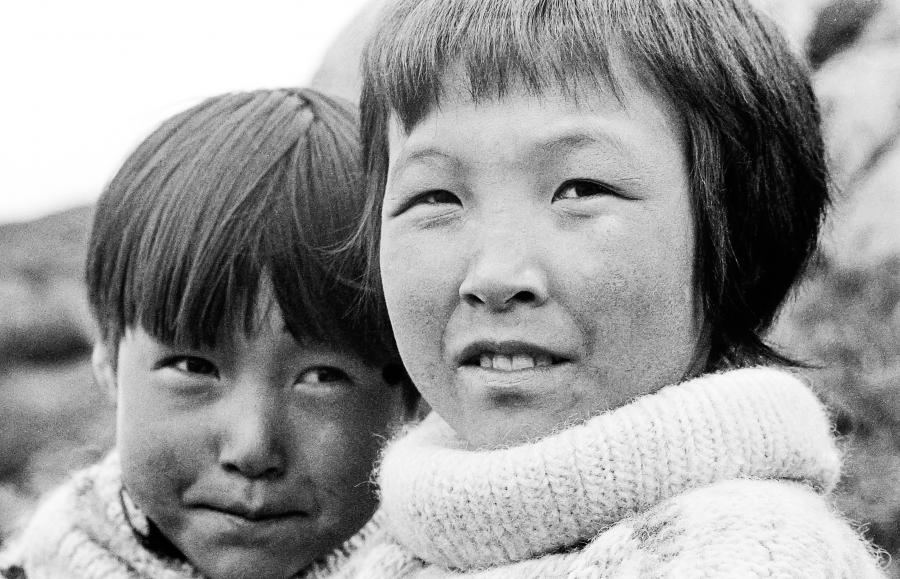 Foto: Anders Nord, Unsplash. To grønlandske børn