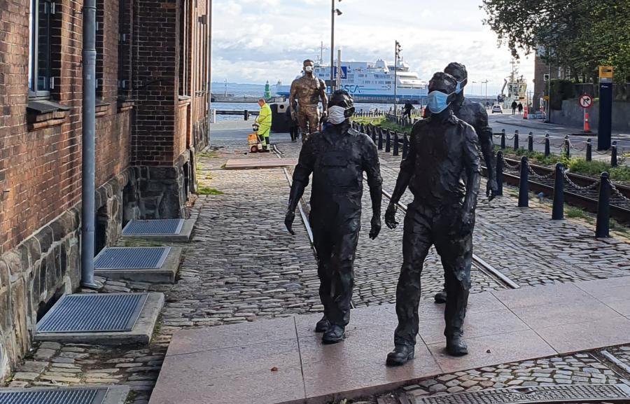 Statuerne ved Kulturværftet iført mundbind.