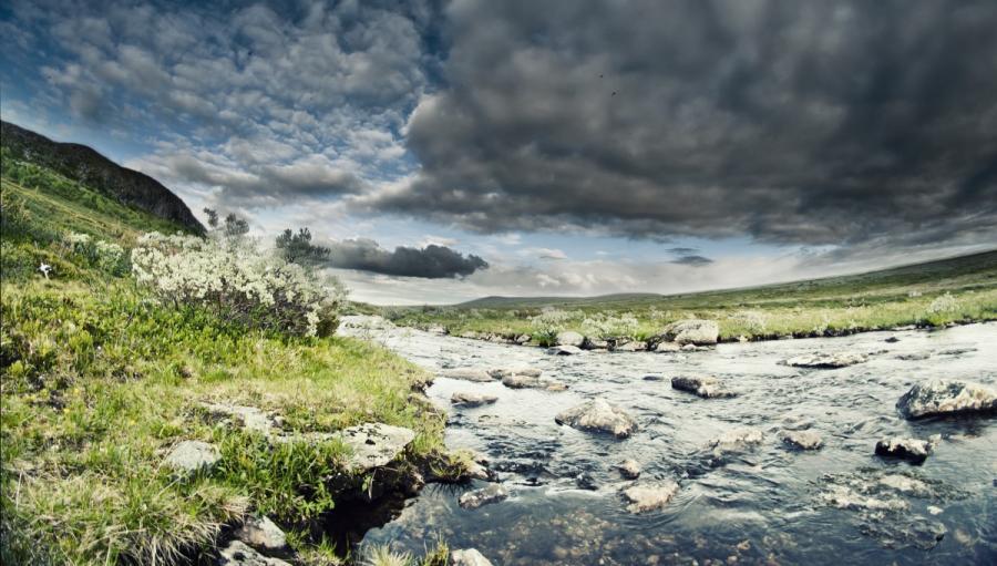 Foto af en flod og norske bjerge