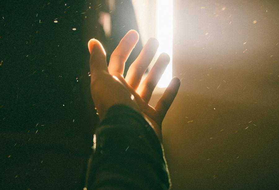 Foto af en hånd, der rækker ud