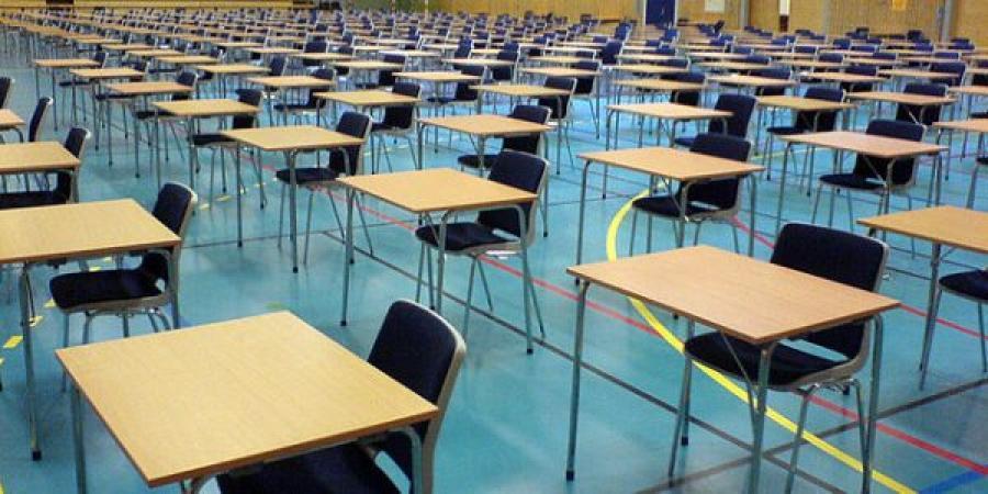 Rækker af borde opstillet til brug for eksamen