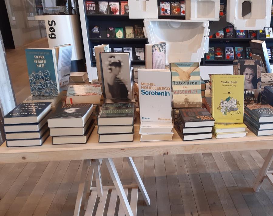 Fotos af bøger i stabler på et bord