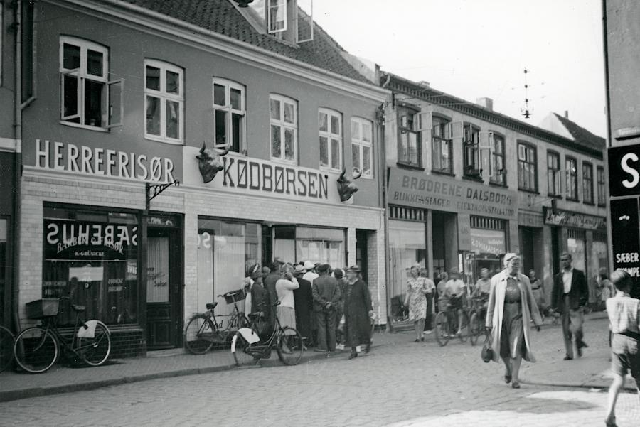 Kø foran slagterforretning i Helsingør. Foto: Nationalmuseet