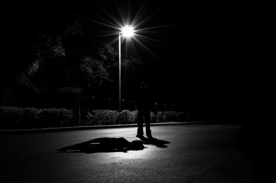 Foto af en mørk vej
