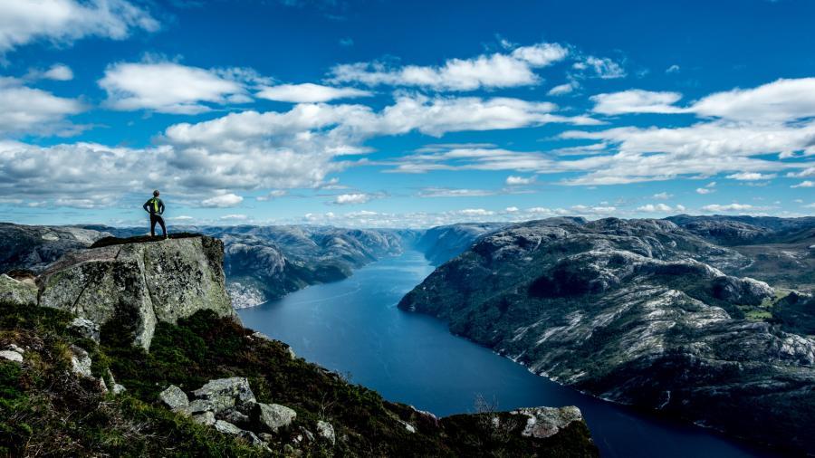 Fjord i Norge. Foto Carl Cerstrand. Unsplash