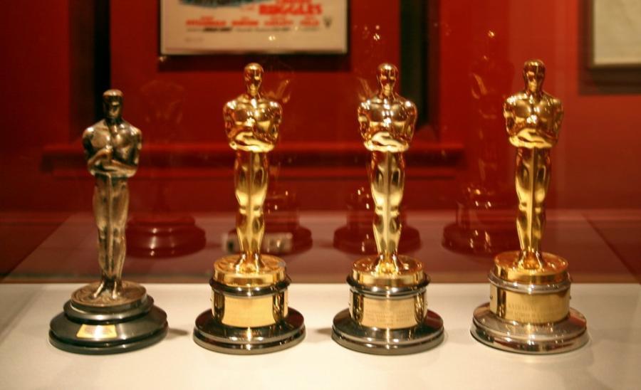 Foto af Oscarstatuer i en montre