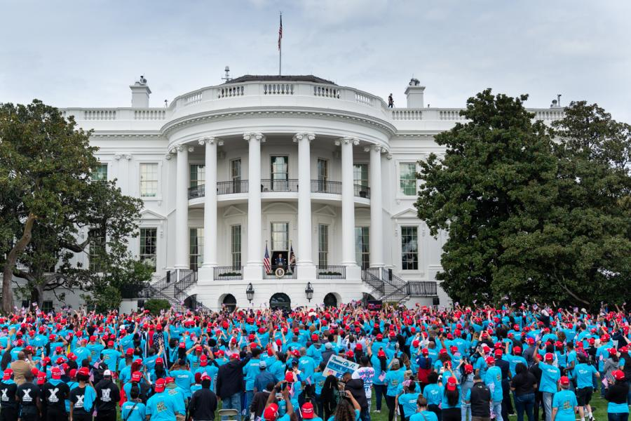Demonstration foran Det Hvide Hus. Foto af: The White House.