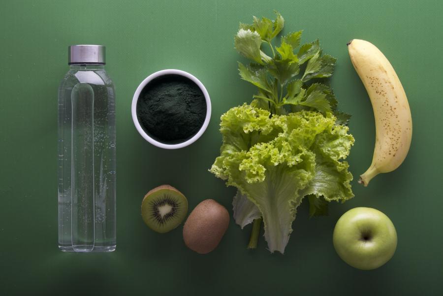 Sunde madvarer pænt lagt på linje. Foto fra Unsplash