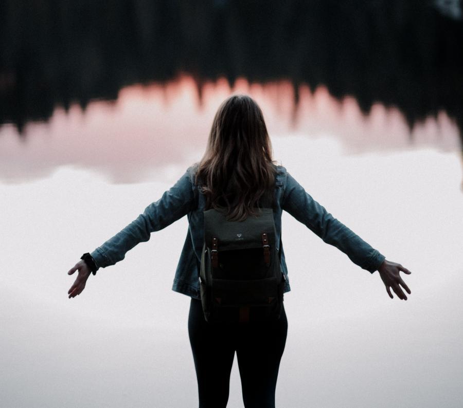 Fot af kvinde ved sø