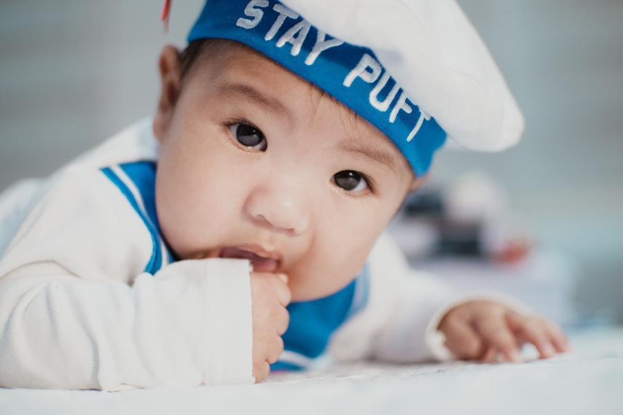 Foto af en baby i matrostøj