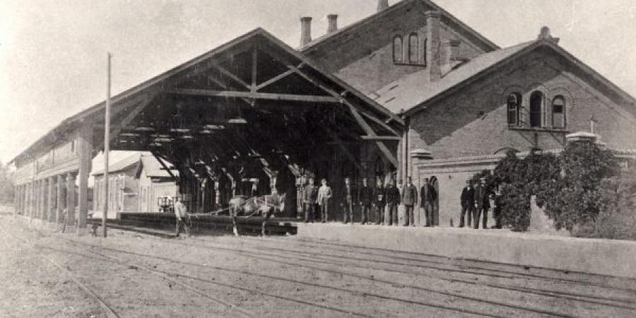 Trækbanen i Helsingør. Stationsbygning. Banearbejdere og trækhest.